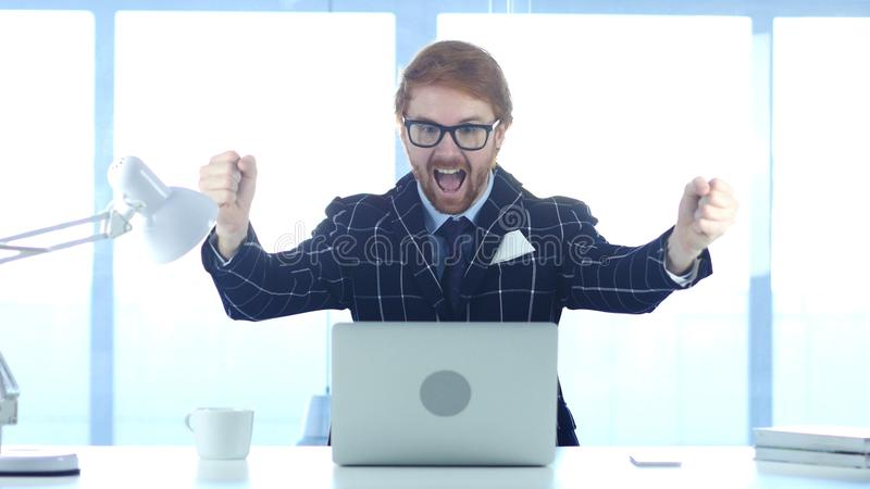 Homme d'affaires roux Celebrating Success, excitation sur le haut niveau images stock