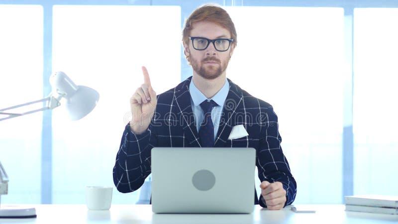 Homme d'affaires roux Denying Offer en ondulant le doigt, rejetant image stock