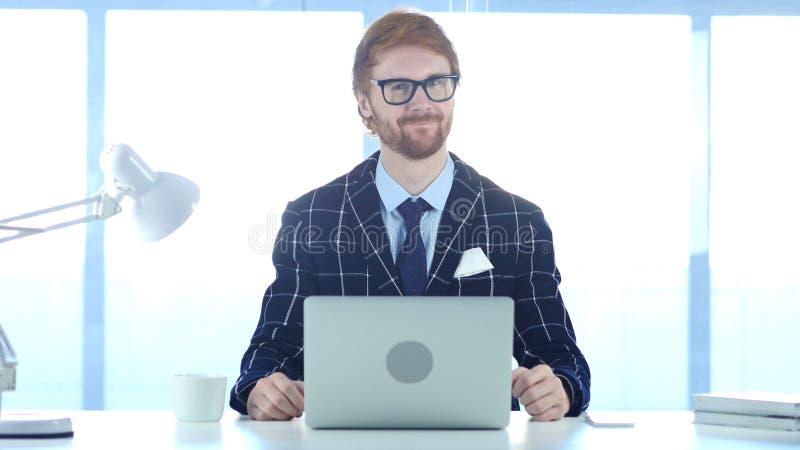 Homme d'affaires roux Impressed par des résultats, oui, acceptant l'offre images libres de droits