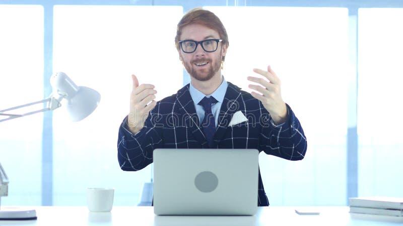 Homme d'affaires roux Inviting pour le travail, geste d'invitation photos libres de droits