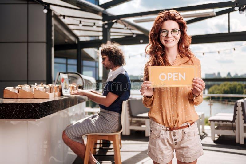 Homme d'affaires roux ouvrant son nouveau restaurant en été images stock