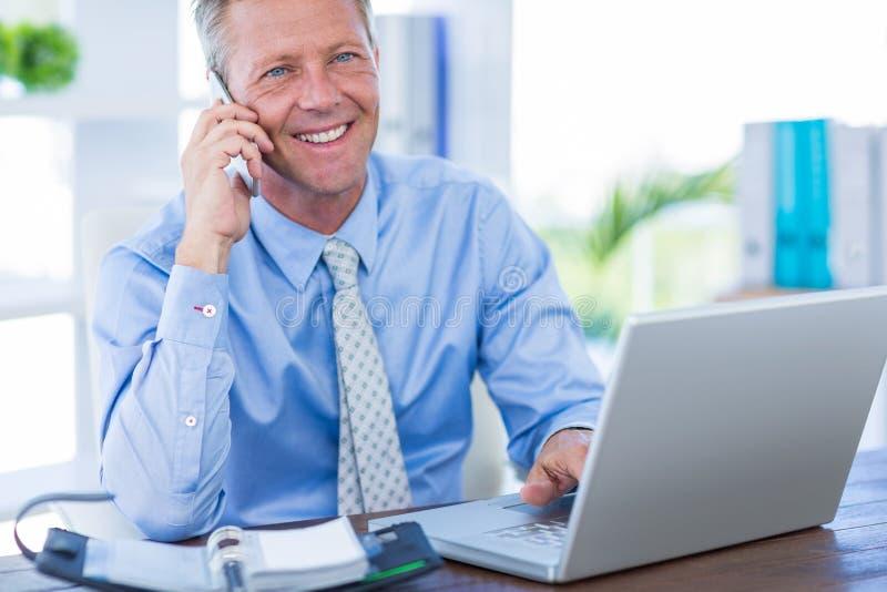 Download Homme D'affaires Sérieux Ayant L'appel Téléphonique Image stock - Image du heureux, indoors: 56480957