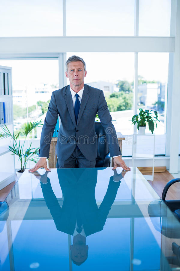 Download Homme D'affaires Sérieux Regardant L'appareil-photo Image stock - Image du businessman, mâle: 56481535