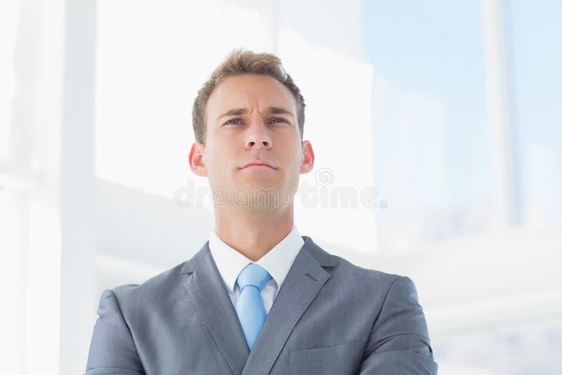 Homme d'affaires sérieux regardant loin photographie stock libre de droits