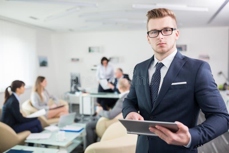 Homme d'affaires sûr Using Tablet Computer dans le bureau photo stock