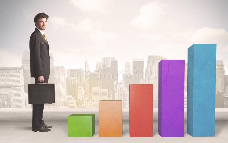 Homme d'affaires s'élevant sur le concept coloré de piliers de diagramme photo stock