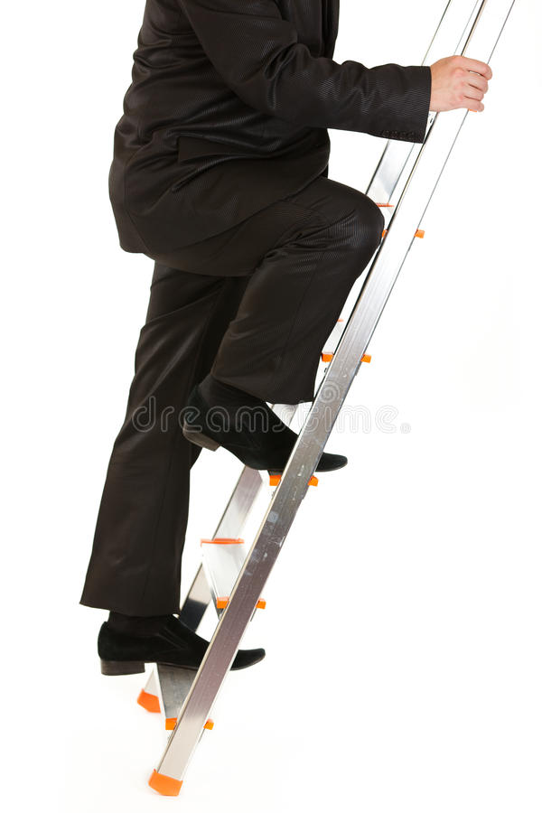 Homme d'affaires s'élevant vers le haut sur l'échelle. Plan rapproché image libre de droits