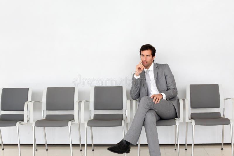 Homme d'affaires s'asseyant dans la salle d'attente images stock