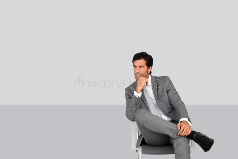 Homme d'affaires s'asseyant dans la salle d'attente d'isolement images libres de droits