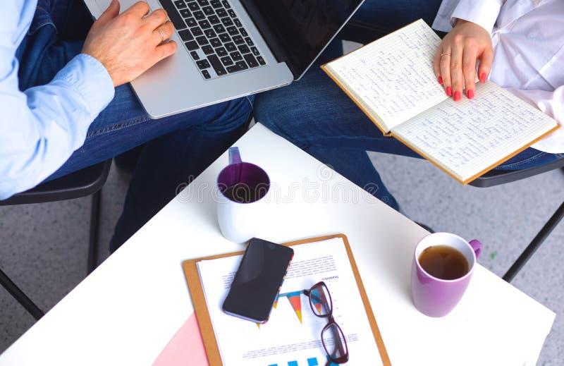 Homme d'affaires s'asseyant dans le bureau, fonctionnant avec l'ordinateur portable photos stock