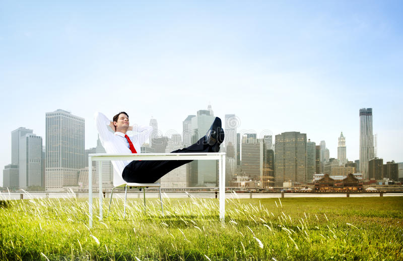 Homme d'affaires s'asseyant de retour détendant dehors le concept photo stock