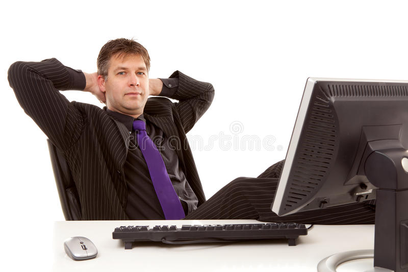 Homme d'affaires s'asseyant derrière le bureau images libres de droits