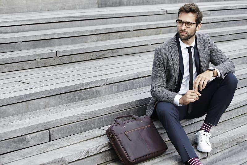 Homme d'affaires s'asseyant sur des opérations photos libres de droits