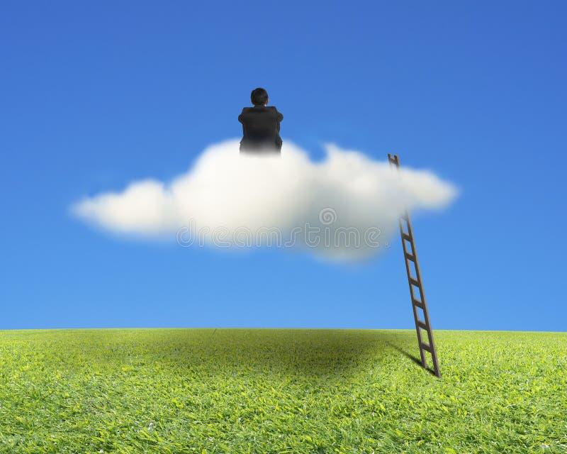 Homme d'affaires s'asseyant sur le nuage avec l'échelle, le pré et le ciel en bois photographie stock libre de droits