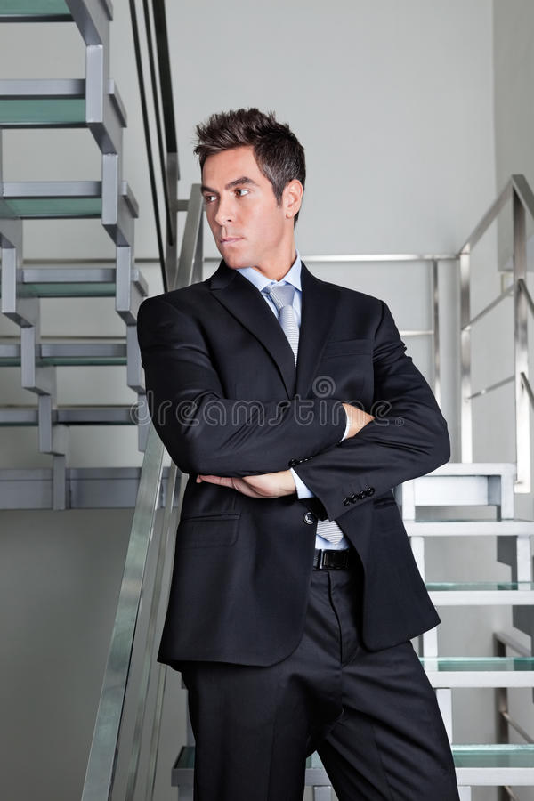 Homme d'affaires sûr Standing On Stairs image stock