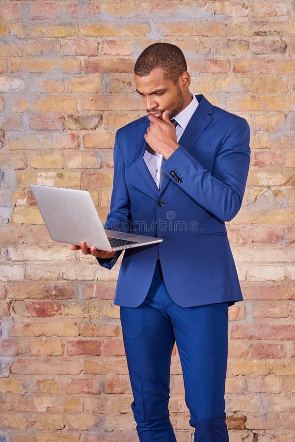 Homme d'affaires s?rieux utilisant un ordinateur portable photos libres de droits