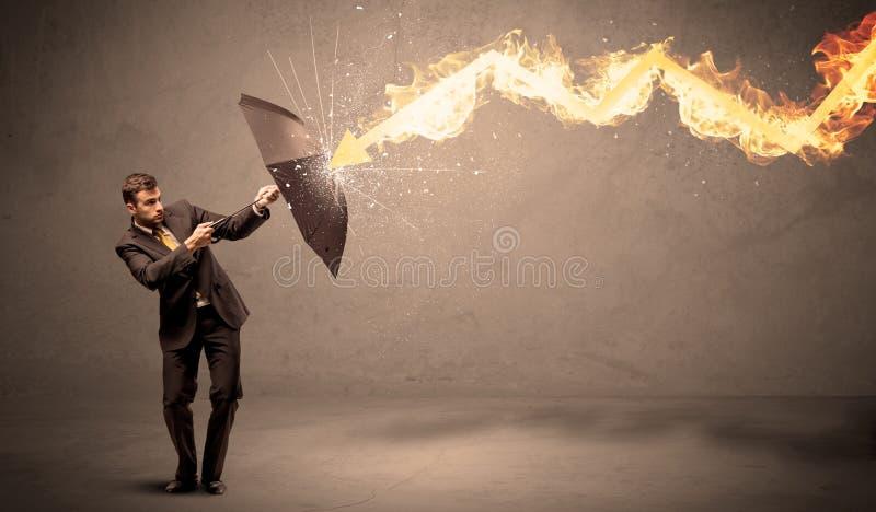 Homme d'affaires se défendant d'une flèche du feu avec un umbrell images libres de droits