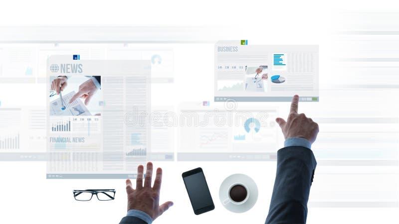 Homme d'affaires se dirigeant aux rapports et aux glissières financiers d'actualités image stock