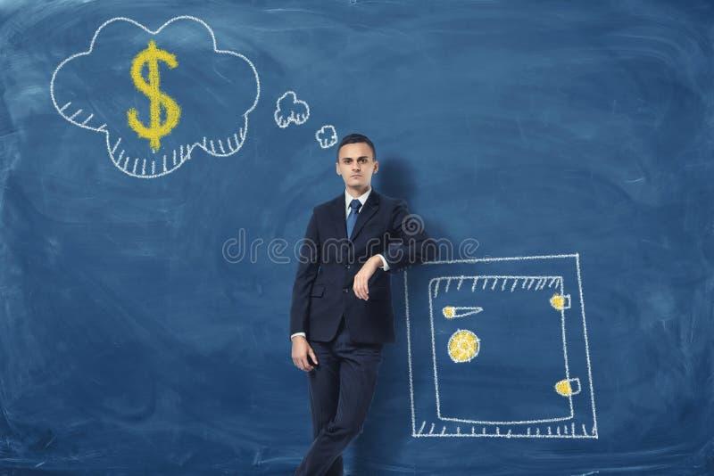 Homme d'affaires se penchant sur la boîte de sécurité tirée et pensant à l'argent photos stock