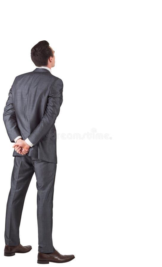 Homme d'affaires se tenant avec des mains derrière de retour photos stock