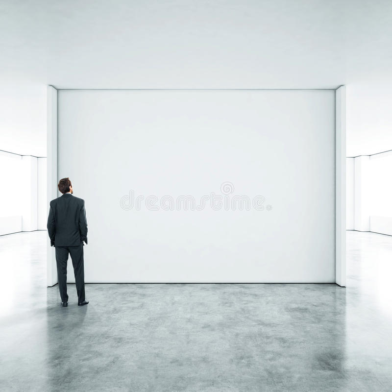 Homme d'affaires se tenant dans le bureau vide images stock