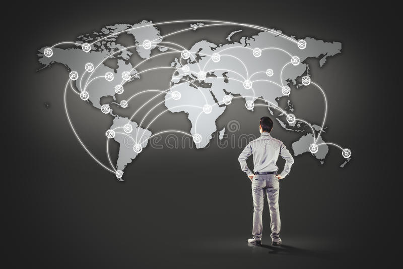 Homme d'affaires se tenant devant la carte du monde illustration stock