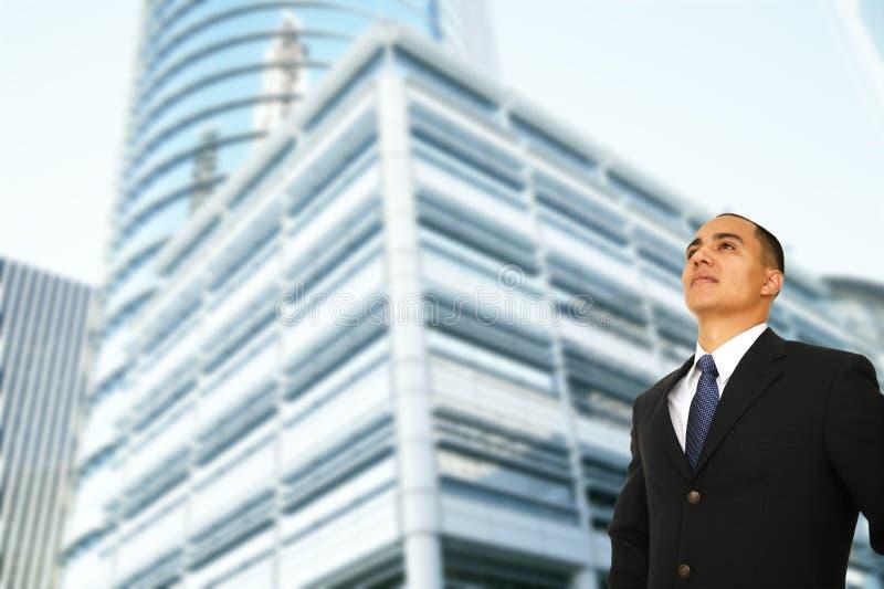 Homme d'affaires se tenant prêt la construction moderne photo stock