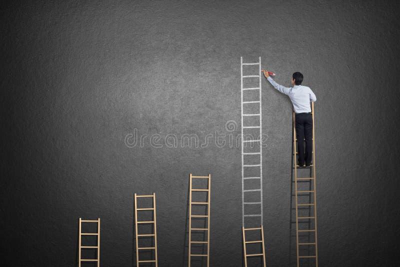 Homme d'affaires se tenant sur l'échelle photos libres de droits