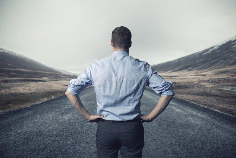 Homme d'affaires se tenant sur la route long chemin d'aller concept photographie stock