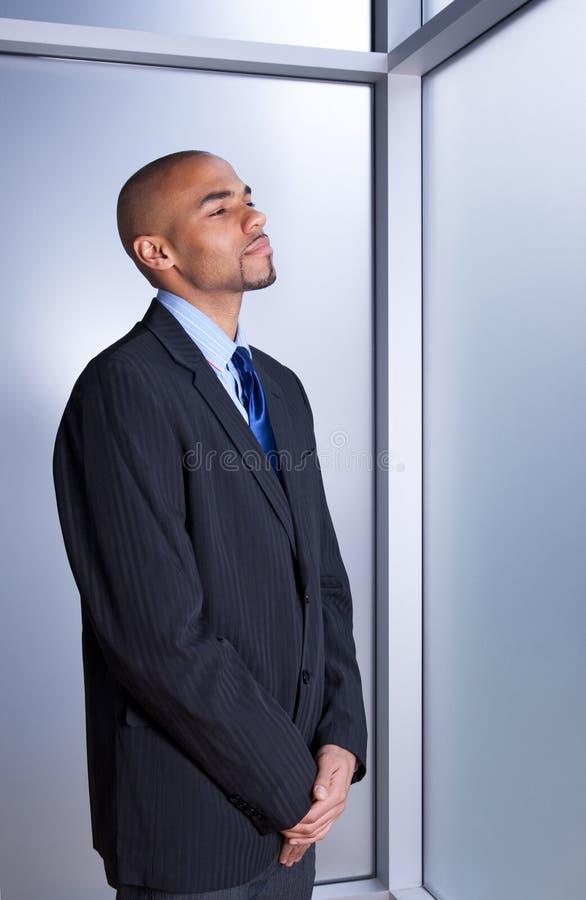 Homme d'affaires semblant calme et paisible photographie stock