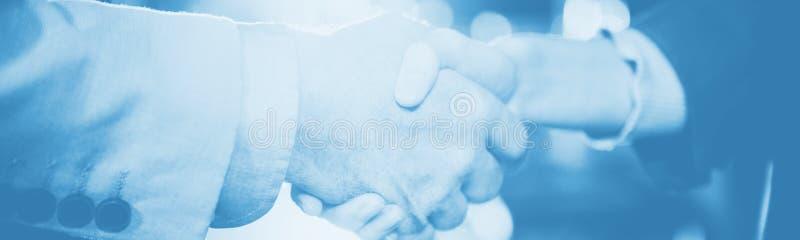 Homme d'affaires serrant la main au collègue photos libres de droits