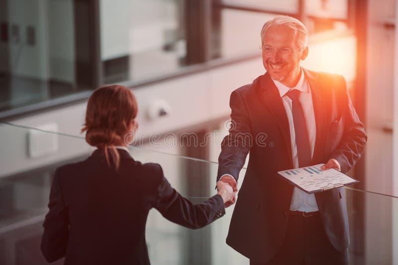 Homme d'affaires serrant la main au collègue images stock