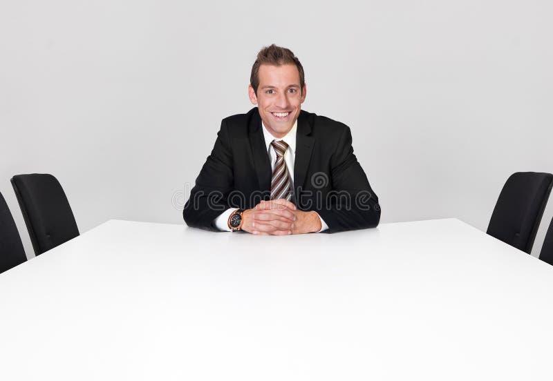 Homme d'affaires seul s'asseyant images libres de droits