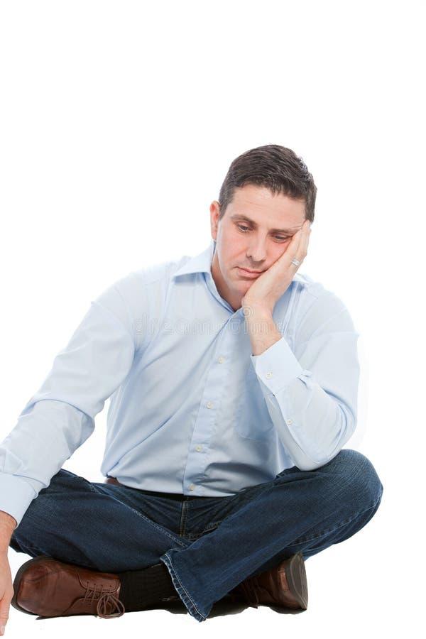 Homme d'affaires seul s'asseyant Leaning sur sa main image libre de droits