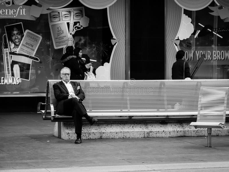 Homme d'affaires seul sur la chaise en noir et blanc photos stock