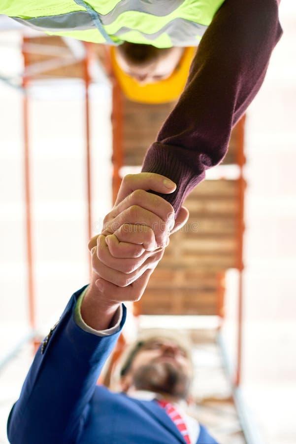 Homme d'affaires Shaking Hands avec le travailleur photographie stock