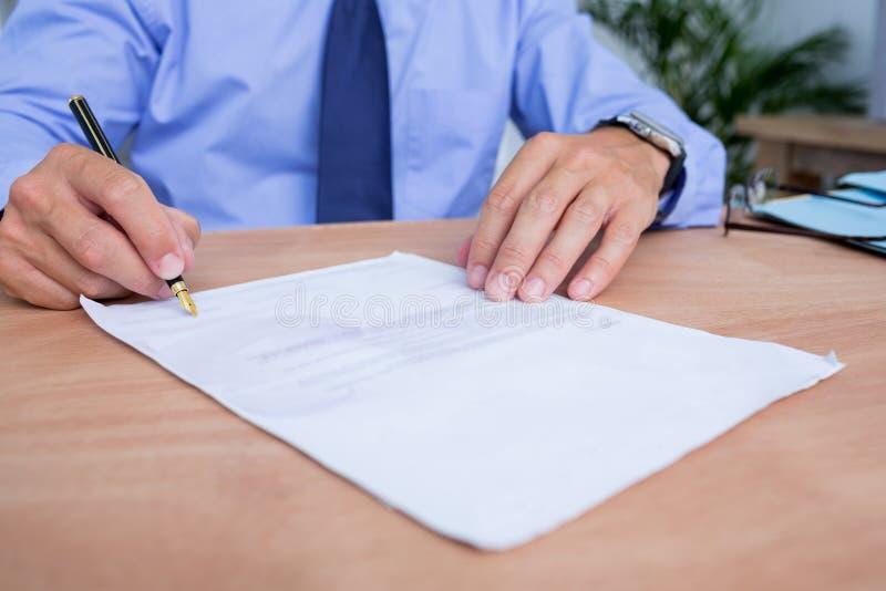 Download Homme D'affaires Signant Un Contrat Dans Le Bureau Photo stock - Image du concentré, orienté: 56483580