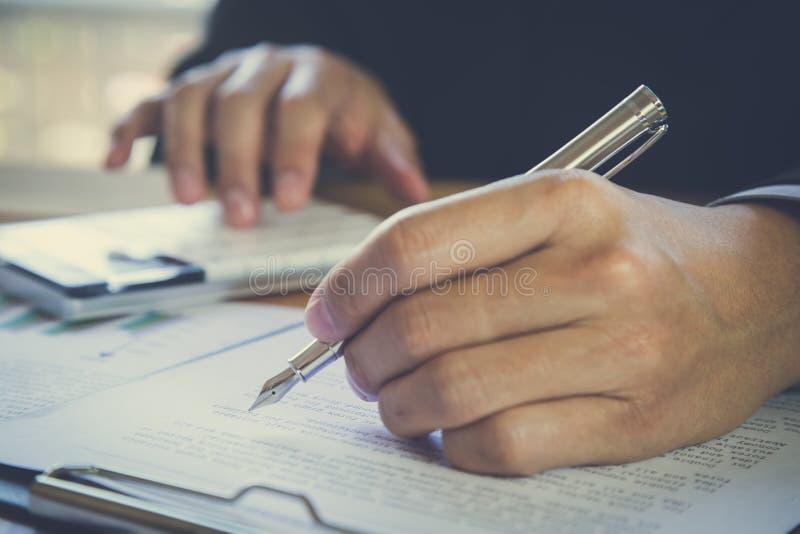 Homme d'affaires signant un contrat Possède le signe d'affaires personnellement, directeur de la société, avocat-conseil Agent Ho image libre de droits