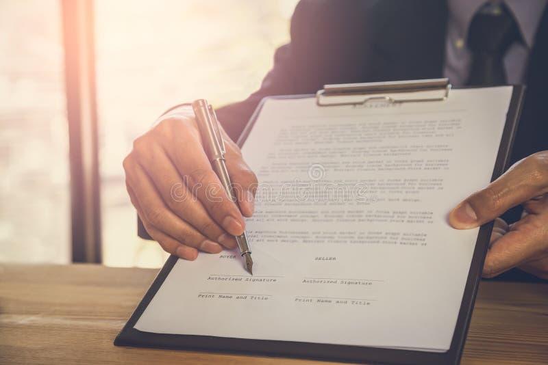 Homme d'affaires signant un contrat Possède le signe d'affaires personnellement, directeur de la société, avocat-conseil Agent Ho photos stock