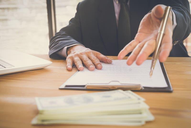 Homme d'affaires signant un contrat Possède le signe d'affaires personnellement, directeur de la société, avocat-conseil Agent Ho photographie stock libre de droits