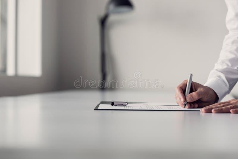 Homme d'affaires signant un document image libre de droits