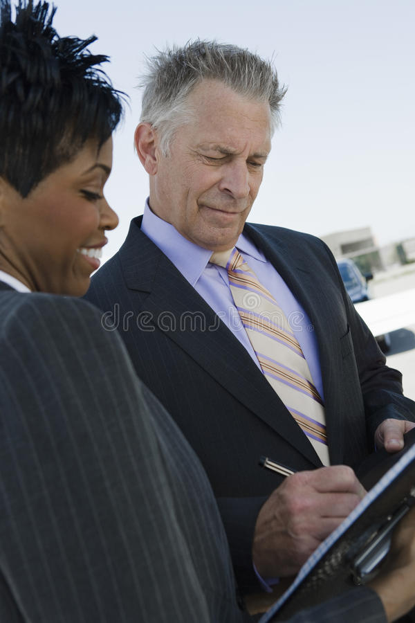 Homme d'affaires Signing Documents photos stock