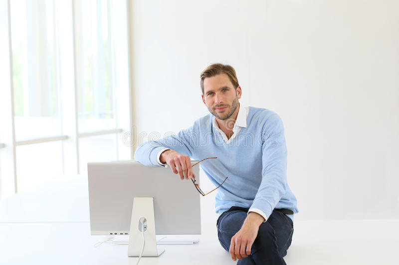 Homme d'affaires Sitting On Desk images stock