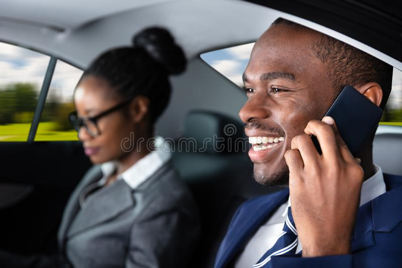 Homme d'affaires Sitting Inside Car parlant sur le t?l?phone portable image stock