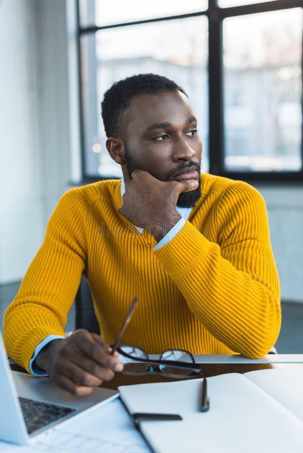 homme d'affaires songeur d'afro-américain regardant loin images libres de droits