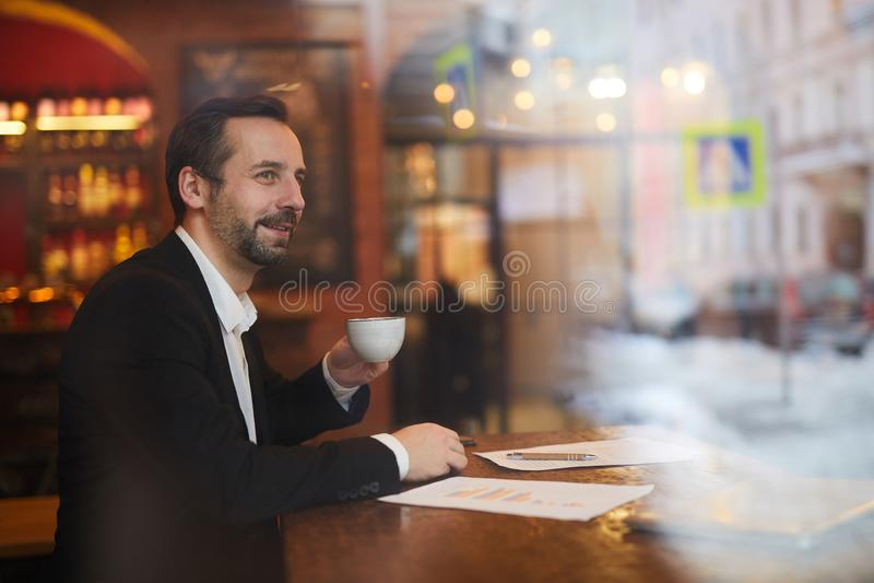 Homme d'affaires songeur en café photo stock