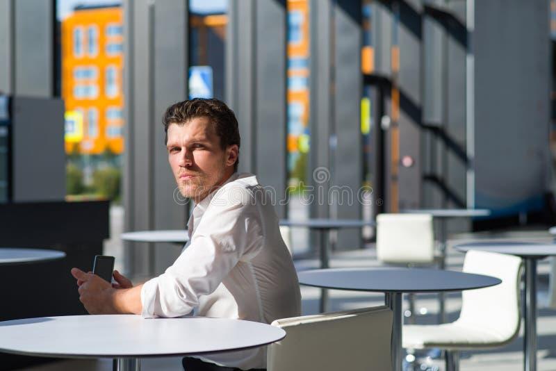 Homme d'affaires songeur en caf? images libres de droits
