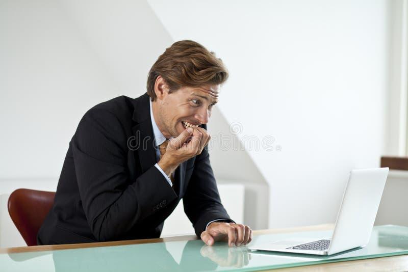 Homme d'affaires soucieux regardant l'ordinateur portable photo stock