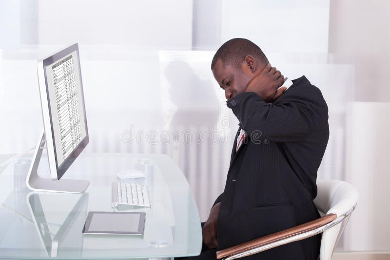 Homme d'affaires souffrant de la douleur cervicale images stock