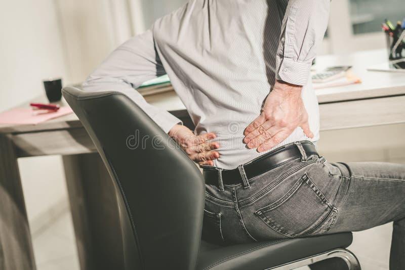 Homme d'affaires souffrant des douleurs de dos, effet de la lumi?re photo libre de droits
